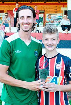 Gustavo em 2013 recebendo troféu de goleador do Estadual de Categorias de Base